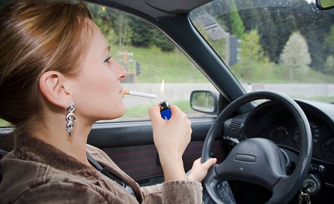 ADNYWA MR Symbol photo Woman smokes during the driving